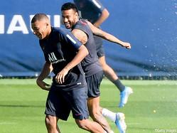 ブラジル代表の練習で笑顔を見せるFWネイマール