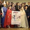 「紅天女」制作発表に出席した原作者で漫画家の美内すずえ(2列目中央)とスタッフ、出演者ら=東京都渋谷区(石井健撮影)