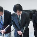 セブンペイ不正アクセスに関する記者会見で頭を下げる運営会社の小林強社長(中央)ら 時事通信