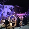 トルコ東部エラズーで、地震により建物が倒壊した現場を調べる救助隊と警察(2020年1月24日撮影)。(c)DHA / DHA / AFP