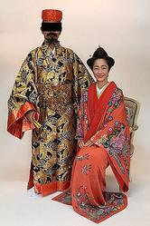 伝統衣装に身を包み、夫と笑顔で記念写真におさまる高樹沙耶
