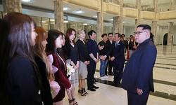 韓流タレントらで構成された韓国芸術団と面会した金正恩氏(2018年4月2日付朝鮮中央通信より)