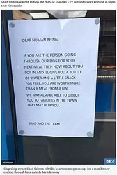 チップス店オーナー、ホームレスに心温まる言葉を投げかける(画像は『The Sun 2018年10月10日付「'I'LL GIVE YOU A FREE SNACK' Chip shop boss's heartwarming message to man he spotted rooting through bins for food」(Credit: NCJMEDIA)』のスクリーンショット)