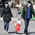 ベルギー・ブリュッセルで、マスクを着けて食料品の買い物をするカップル(2020年4月5日撮影)。(c)Aris Oikonomou / AFP