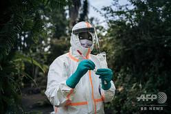 コンゴ民主共和国東部ゴマの個人宅で、新型コロナウイルス感染症の検体採取の準備をする保健省の職員(2020年3月31日撮影)。(c)ALEXIS HUGUET / AFP