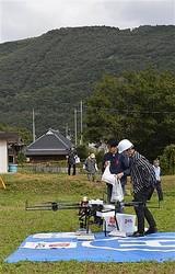 荷物を運び、山あいのヘリポートに到着したドローン=10月15日、岡山県和気町