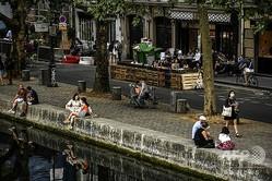 仏パリで、ソーシャル・ディスタンシング(対人距離の確保)を守りながらくつろぐ人々(2020年7月23日撮影)。 (c)Christophe ARCHAMBAULT / AFP
