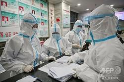 中国・武漢の病院で働く医療従事者ら(2020年1月25日撮影、資料写真)。(c)Hector RETAMAL / AFP