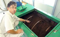 捕獲したイノシシを微生物で分解する発酵槽を説明する半沢さん(宮城県村田町で)