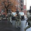 米ニュージャージー州ジャージーシティーで発生した銃撃事件の現場に到着した警察官(2019年12月10日撮影)。(c)Kena Betancur / AFP
