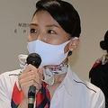 搭乗口で搭乗時刻のアナウンスをする日本航空の地上旅客係員=成田空港で2020年9月26日午後5時56分、中村宰和撮影