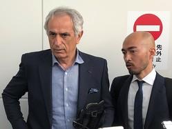 通訳の樋渡群氏とともに報道陣に対応したバヒド・ハリルホジッチ前監督