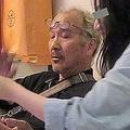 野崎氏の自宅にて。野崎幸助氏が亡くなる以前、Sさん(右)はM氏(左)に頼りきりだったが、死後、関係に亀裂が
