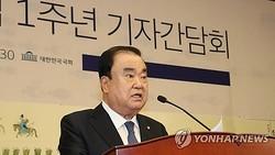 国会で記者懇談会を行う文氏=12日、ソウル(聯合ニュース)