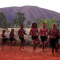 オーストラリアにある世界最大級の一枚岩「ウルル」があるウルルカタジュタ国立公園で、伝統的な踊りを披露する先住民アナング人(2019年10月27日撮影)。(c)Saeed KHAN / AFP