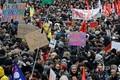 フランス・パリで行われた年金制度改革に抗議するデモの様子(2019年12月5日撮影)。(c)Thomas SAMSON / AFP