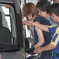 逮捕後、移送される吉澤ひとみ容疑者(9月6日)