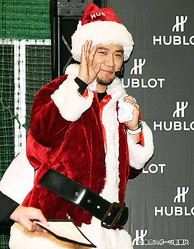 サンタクロースに扮する田中
