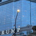 「TRUMP」の文字の横にぶら下がる男の姿が(画像は『Mirror 2020年10月19日付「Man dangles from 16th floor of Trump Tower by rope 'demanding to speak to US President'」』のスクリーンショット)