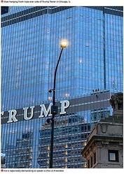 「TRUMP」の文字の横にぶら下がる男の姿が(画像は『Mirror 2020年10月19日付「Man dangles from 16th floor of Trump Tower by rope 'demanding to speak to US President'」』のスクリーンショット)