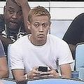 """さっそく試合観戦に訪れた本田だったが、その姿が早くも地元ファンからの""""ネタ""""となっているようだ。 (C)SOCCER DIGEST"""