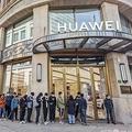 中国・上海にあるファーウェイの旗艦店の前で新製品の発売を待つ人たち(2020年10月23日撮影、資料写真)。(c)STR / AFP
