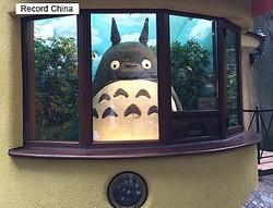 25日、韓国・ニュース1によると、日本の有名アニメ「となりのトトロ」と類似した「トロロ」キャラクターを作ってクレーンゲームセンターなどに販売していた業者に5000万ウォン(約480万円)の損害賠償命令が下った。写真は三鷹の森ジブリ美術館。