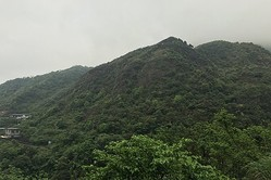 ビキニで登山する有名クライマー、山で凍死
