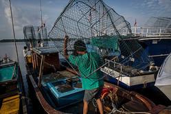 インドネシアの漁船員、参考写真(GettyImages)
