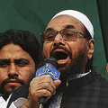 パキスタンのラホールで開かれたイスラム過激派「ラシュカレトイバ」の一部門「ジェマテダワ」の集会で、演説するハフィズ・サイード容疑者(2018年4月6日撮影、資料写真)。(c)ARIF ALI / AFP