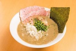 「濃厚牡蠣煮干そば」(880円)。カキの旨味がギッシリと溶け出したドロ系スープ。こってりと濃厚な味わいだが、タマネギが清涼感をもたらす