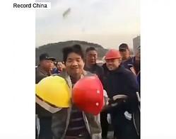 15日、中国メディアの観察者網によると、現場で働く作業員と指導者のヘルメットの強度を比較実験した動画が中国のネット上で話題になっている。これに対し、中国のネットユーザーからさまざまなコメントが寄せられた。