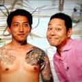 後藤祐樹が身体の入れ墨を披露 東野幸治と2ショット