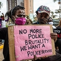 ケニア・ナイロビで、警察の暴力に抗議する人々(2020年6月9日撮影、資料写真)。(c)Patrick Meinhardt / AFP