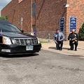 黒人の追悼式 警官が膝つき迎え