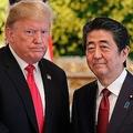 東京・元赤坂の迎賓館で、日米首脳会談前に握手をする安倍晋三首相(右)とドナルド・トランプ米大統領(2019年5月27日撮影)。(c)Eugene Hoshiko / POOL / AFP