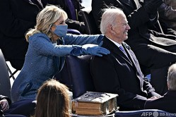 米国の首都ワシントンで行われた大統領就任式で、ジョー・バイデン新大統領(右)の肩に手を置く妻のジル氏(2021年1月20日撮影)。(c) Kevin Dietsch / POOL / AFP