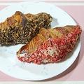 成城石井で販売されている「生プレミアムチーズクロワッサン」。「苺とホワイトショコラ」(手前、税抜350円)と「カカオ70%クーベルチュール」(奥、税抜299円)の2種類を用意