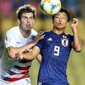 セカンドボールを競り合う若月。(C) Getty Images