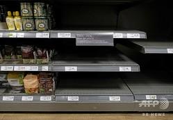 商品がなくなったことを謝罪するメッセージが張られた英ロンドンのスーパーマーケットの陳列棚(2020年3月31日撮影)。(c)Isabel INFANTES / AFP