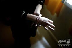 手首をつかむ人(2005年4月24日撮影、資料写真)。(c)FRED DUFOUR / AFP