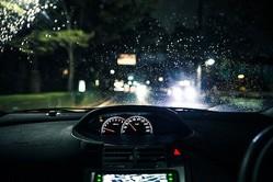 暗い夜道を走っていて、交差点に差し掛かると…(写真はイメージ)