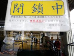 勤務する医師が新型コロナウイルスに感染した済生会有田病院。正面入り口は閉鎖され、閑散としていた。接触者外来を1階救急室に設置したことを知らせる紙が貼られ、救急の出入り口ではマスク姿の職員が訪れた人々に応対していた=2020年2月14日午前11時57分、和歌山県湯浅町、矢木隆晴撮影
