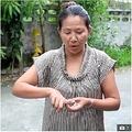 ニシキヘビにお尻と指を噛まれてしまった女性(画像は『The Sun 2020年10月21日付「SNAKES AND BLADDERS Weeing woman bitten on bum by massive 7ft python as she sat on toilet in Thailand」(Credit: ViralPress)』のスクリーンショット)