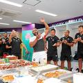 試合終了後、ロッカールームで喜ぶラグビー日本代表の選手たち(日本ラグビー協会提供)