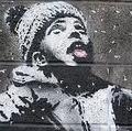 「自滅絵画」を描いたバンクシーの新作「発見」車庫の壁に落書き