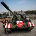 サッカー欧州チャンピオンズリーグ、プレーオフ第2戦、レッドスター・ベオグラード対BSCヤングボーイズ。スタジアムの外に設置された戦車(2019年8月27日撮影)。(c)OLIVER BUNIC / AFP