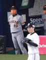 <オ・巨>5回2死、広岡が山崎福(手前右)から三塁打を放ち、チャンスをつくるも、ホームは遠く、厳しい表情の原監督(撮影・坂田 高浩)