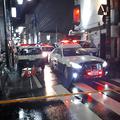 JR新潟駅近くの事件現場にはパトカーが集まり、規制線が張られていた=14日午後10時15分、新潟市中央区東大通1丁目