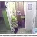 保育園を出ていく2人の5歳女児(画像は『Siberian Times 2019年1月21日付「Five year old girls escape from kindergarten and walk home in bitter -45C cold to 'give mothers a surprise'」』のスクリーンショット)
